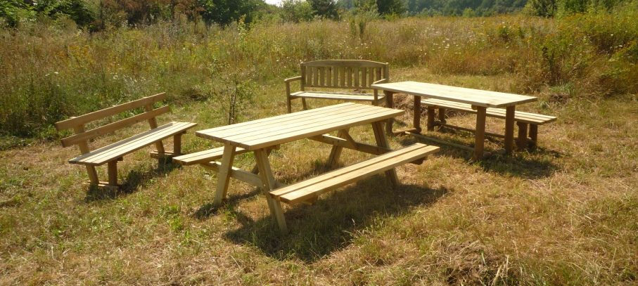 Conjuntos de mesas y bancos de pino nórdico tratado, zonas de descanso y recreo, mobiliario urbano, jardín, parques.