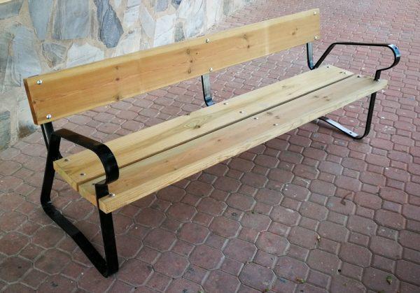 Bancos de madera con patas metálicas