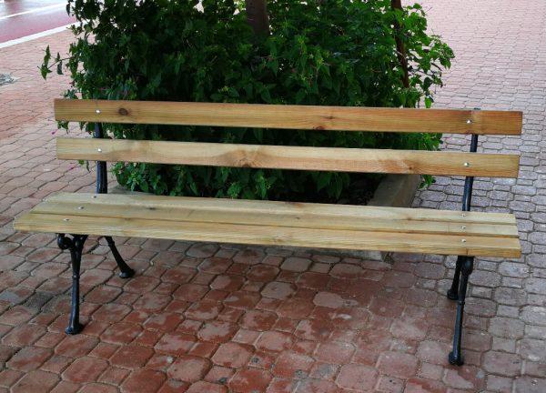 Bancos de madera con soportes metálicos