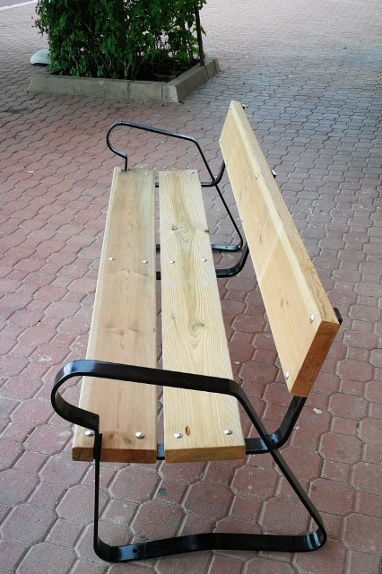 Bancos de madera con respaldo para zonas al exterior