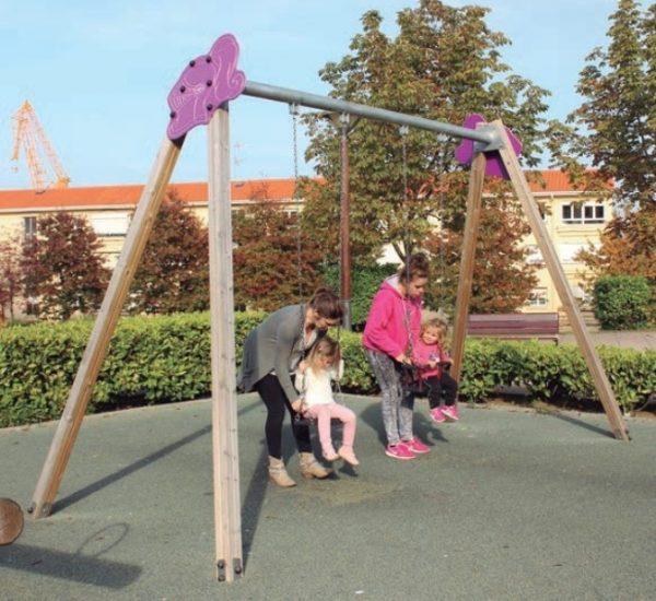 Columpios de madera con asientos para niños