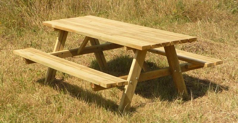 Mesa de madera con bancos
