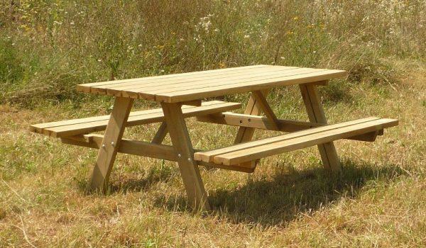 Mesas y bancos de madera para jardín