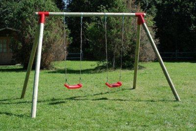 Columpios exterior niños 03VLN1002. Columpios de maderta tratada con asientos de plástico soplado con cuerdas. Ideal para parquess infantiles al exterior.