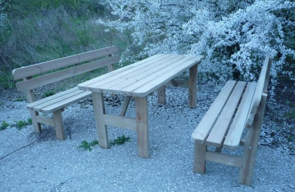 Mesa picnic con bancos con respaldo incorporados